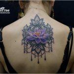 קעקוע פרח לוטוס בגב